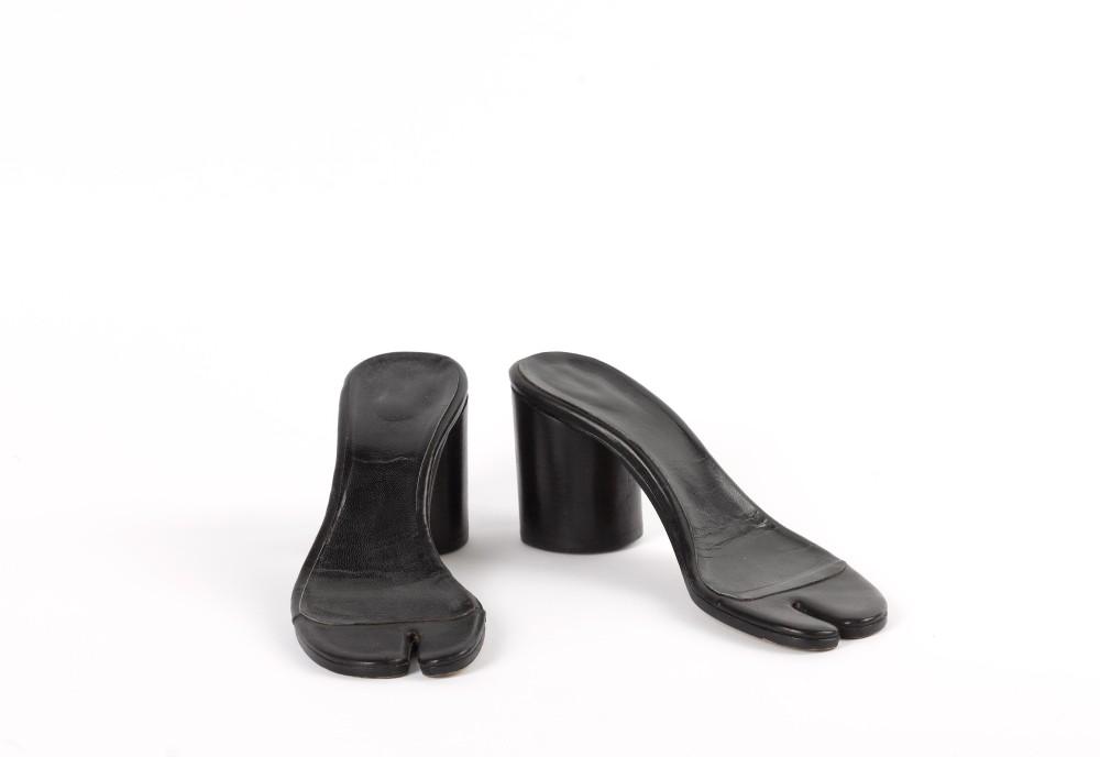"""Martin Margiela. Ensemble (accessoires). """"Paire de semelles de tabis"""". Cuir noir. 1996-1996. Galliera, musée de la Mode de la Ville de Paris."""